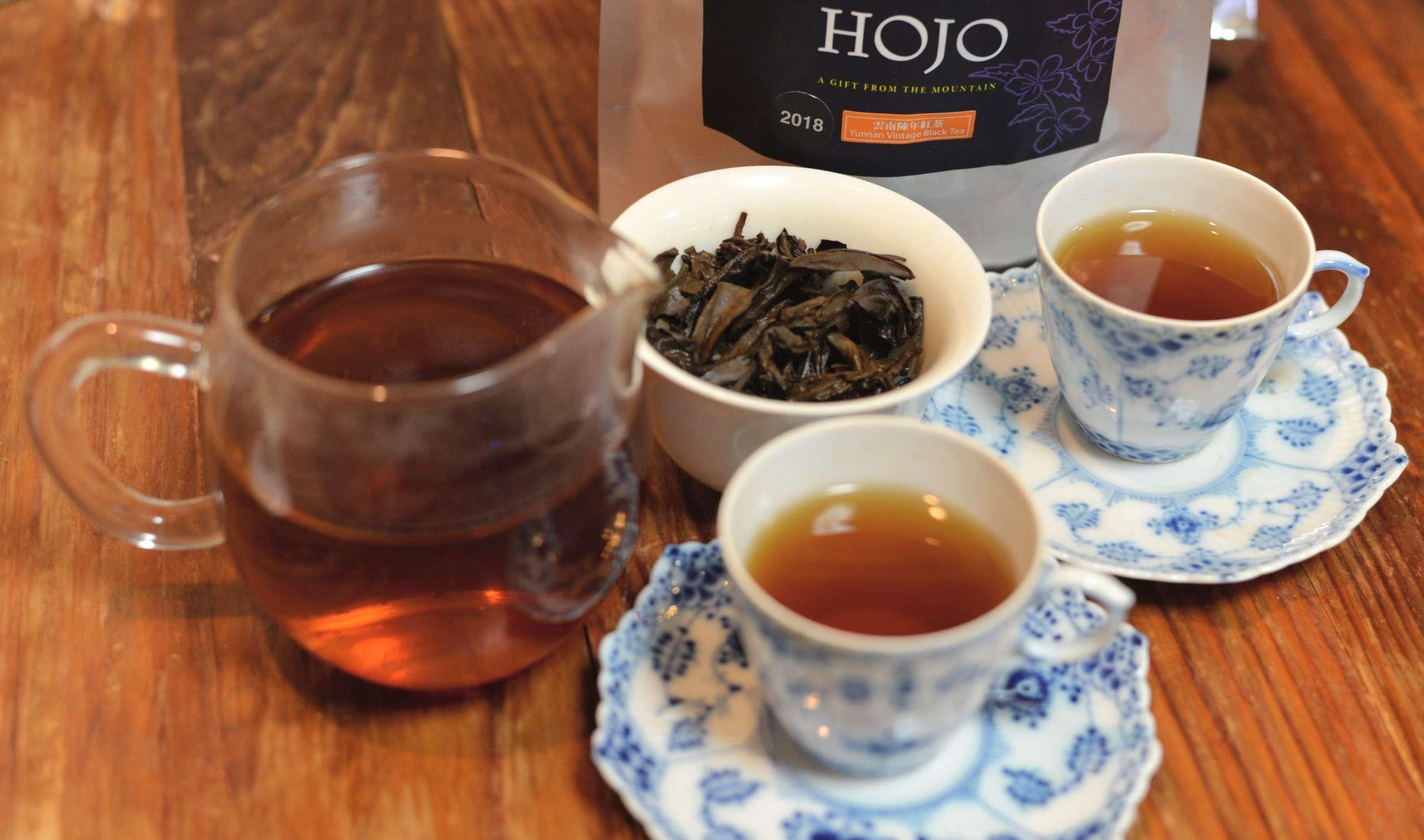 雲南陳年紅茶を飲む